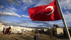 Eine türkische Fahne weht in einem Lager für syrische Flüchtlinge in Islahiye in der türkischen Provinz Gaziantep, Foto: picture-alliance/AP Photo/Lefteris Pitarakis