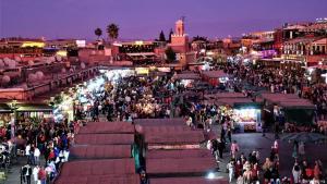 Trubeliges Marrakesch: Die Millionenstadt Marrakesch in Marokko ist vor allem eins: lebendig, laut, geschäftig. Die Altstadt mit ihren labyrinthischen Gassen und Souks (Märkte) gilt als eine der besterhaltenen und größten in ganz Afrika. Dort bieten Händler traditionelle Kleidung, Töpferei und Schmuck an. Wer Ruhe sucht, muss woanders hin.