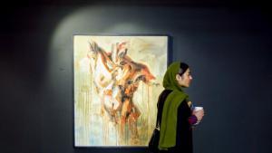 """Kulturbegeisterte Jugend: Teherans Galerien sind bei der jüngeren äußerst beliebt, und die Kulturszene des Landes wird immer vielfältiger. Laut Ansicht eines 25-jährigen Fotografen sind """"mitunter auch die vielen staatlichen Restriktionen der Grund dafür, weshalb sich die Szene im Aufwind befindet. Kunst wird als Mittel zur Emanzipation gesehen""""."""