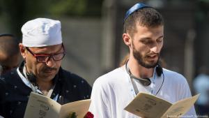 Junge Juden und Muslime bei einer Gedenkveranstaltung in Auschwitz; Foto: dpa/picture-alliance
