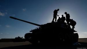 Kämpfer auf einem Panzer der libyschen Rebellenmiliz LNA; Foto: Reuters