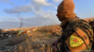 Milizionäre der YPG beobachten IS-Stellungen in der Nähe von Baghus in Syrien; Foto: Getty Images/AFP/G. Cacace