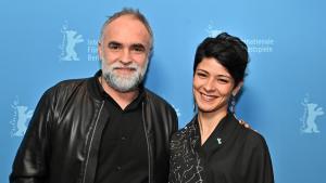 Regiseur Karim Aïnouz mit der Protagonistin des Films, Nardjes Asli; Quelle: Berlinale 2020