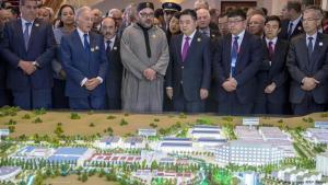 """Morokkos König Mohammed VI. (mitte-links) und Li Biao, Vorsitzender des chinesischen Konsortiums """"Haite"""" (mitte-rechts), bei der Vorstellung des Projekts """"Tanger Tech City"""" am 20. März 2017 in der Nähe von Tanger; Foto: Getty Images/AFP/F. Senna"""