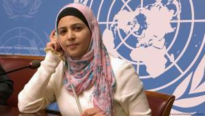 Muzoon Almellehan 2018 bei den Vereinten Nationen in Genf; Foto: picture-alliance/dpa