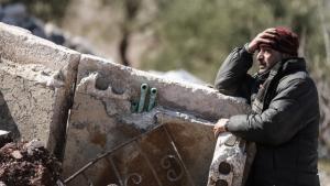 Syrischer Zivilist im zerstörten Idlib; Foto: picture-alliance/dpa