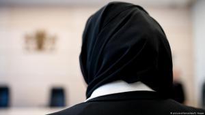 urastudentin steht mit Kopftuch vor Verhandlungsbeginn im bayerischen Verwaltungsgerichtshof. Die junge Frau hatte dagegen geklagt, dass sie bei ihrem Referendariat im Gerichtssaal kein Kopftuch tragen durfte; Foto: dpa/picture-alliance