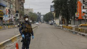 Bewaffnete Soldaten überwachen in den Straßen Bagdas die verhängte Ausgangssperre der irakischen Regierung; Foto: dpa