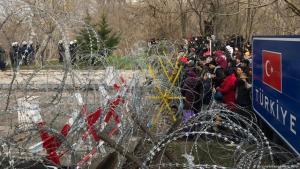 Vor dem blockierten Grenzübergang bei Edirne versammeln sich zahlreiche Migranten, um die türkisch-griechische Grenze zu passieren; Foto: picture-alliance