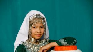 Hazara-Mädchen im traditionellen Kostüm am Hazara-Kulturtag im pakistanischen Qayum-Papa-Stadion von Mari Abad.