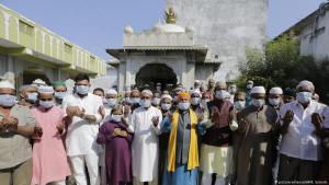 Muslime beim Freitagsgebet im indischen Ahmadabad; Foto: AP/picture-alliance