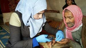 Aktivistin der Rettungsorganisation Weißhelme bei der medizinischen Versorgung eines Zivilisten; Foto: Syria Civil Defence