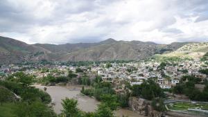 Das Stadtbild von Fayzabad wird durch den Kokcha-Fluss dominiert, einem der wichtigsten Gebirgsströme Nordafghanistans. Die 50.000-Einwohner-Stadt, deren Flachdachhäuser sich bis an den Flussrand schmiegen, ist Verwaltungssitz von Badachschan.