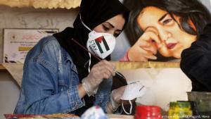 Kampf gegen Corona: Das Virus hat inzwischen den Gazastreifen erreicht, eines der dicht besiedelten Gebiete der Welt. Das Gesundheitsministerium rief nun den Ausnahmezustand aus. Um die Bewohner zum Tragen von Masken zu animieren, hat die palästinensische Künstlerin Samah Saed diese bunt bemalt. Sollten die Maßnahmen der im Gazastreifen regierenden radikalen Hamas das Virus nicht eindämmen, könnte es katastrophale Folgen haben.