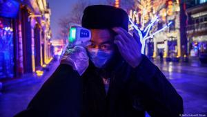 Überprüfung und Temperaturmessung von potenziell mit dem Coronavirus infizierten Personen in China; Foto: Getty Images/K.Frayer