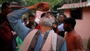Ein indischer Hindu trinkt Kuh-Urin als obskures Heilmittel gegen das Coronavirus in Neu Delhi; Foto: picture-alliance/AP Photo
