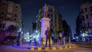 Ägyptische Sicherheitsbeamte überwachen die Einhaltung der Ausgangssperre in der Innenstadt von Kairo; Foto: AP Photo/N. El-Mofty