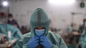 Palästinensischer Arbeiter mit Schutzausrüstung gegen das Coronavirus in einer Kleiderfabrik in Gaza am 31.03.2020; Foto: ICRC/Abed Zagout