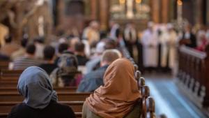 Arabische Christinnen und Christen während eines Gottesdienstes; Foto: imago