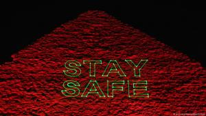 """Pyramide von Gizeh wird mit Schriftzug """"Stay Safe"""" beleuchtet; Foto: picture-alliance/dpa/Xinhua"""