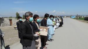 Aktivisten in der afghanischen Provinz Khost teilen Masken, Seife und Info-Blätter zum Coronavirus an Passanten aus; Foto: Mohammad Zaman