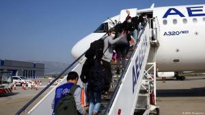 Unbegleitete minderjährige Migranten aus griechischen Aufnahmelagern vor dem Abflug aus Athen nach Luxembourg am 15. April 2020; Foto: AFP/O. Panagiotou