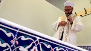 Vorbeter in der Eyup-Sultan-Moschee in Ronnenberg; Foto: ARD/NDR