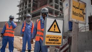 Nepalesische Arbeiter auf einer Baustelle im Emirat Qatar; Foto: Sam Tarling/DW