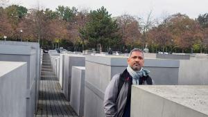Der indische Autor Rahman Abbas vor der Holocaust-Gedenkstätte in Berlin; Foto: privat