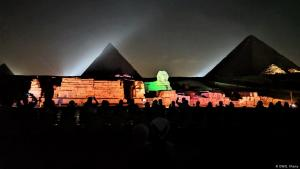 Die Pyramiden und die Sphinx spektakulär in Szene gesetzt durch eine Sound- und Lichtershow; Foto: DW