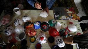Palästinensische Künstler bemalen Atemschutzmasken in Gaza-Stadt; Foto: Reuters/M.Salem