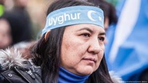 Eine Frau protestiert gegen die Internierung von Uiguren in China am 2. Februarar 2019 auf einer Demonstration in Deutschland; Foto: picture-alliance/ZUMA/S. Babbar