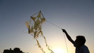 Ein Mann lässt in Kairo einen Drachen steigen. (Foto: dpa)