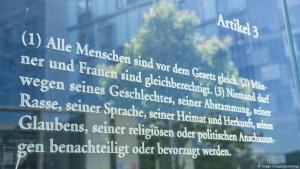 Grundgesetz Artikel 3 auf einer Tafel an der Spreepromenade in Berlin; Foto: Imago Images/Schöning