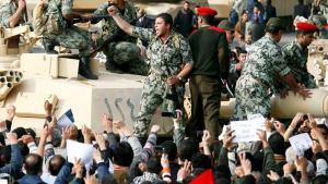 Umjubeltes Militär während der Aufstände gegen das Mubarak-Regime in Kairo im Jahr 2011; Foto: Reuters