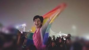 Die ägyptische LGBTIQ-Aktivistin Sarah Hegazy  während eines Konzerts der libanesischen Band Mashrou' Leila in Kairo 2017; Quelle: Twitter/Seamus Malekafzali