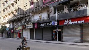Derzeit sind die Straßen in Kairo fast menschenleer. Würde der Zeitungsverkäufer Hassouna noch leben, er fände kaum mehr ein Auskommen. (Foto:  SAMER ABDALLAH/AFP via Getty Images))