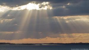 Symbolbild Sonnenstrahlen und bewölkter Himmel; Foto: picture-alliance/Hinrich Bäsemann