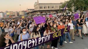 Großdemonstration in Istanbul. Nach der Ermordung der Studentin Pinar G. haben Tausende für mehr Schutz von Frauen gegen Gewalt demonstriert; Foto: DHA