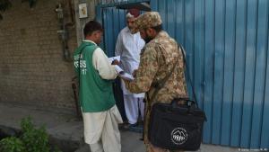 Ein pakistanischer Soldat befragt einen Angehörigen der Ahmadiya-Religion in einem städtischen Wohnviertel; Foto: Getty Images/A. Ali