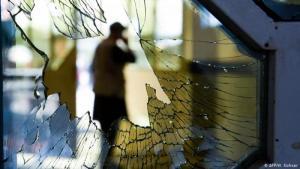 Zerstörte Fensterscheibe nach einem Selbstmordanschlag in Kabul im August 2019; Foto: AFP/W. Kohsar