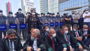 Türkische Anwälte bei einem Sit-in vor einer Absperrung der Polizei, Ankara, Juni 2020; Foto: DW/H. Köylü