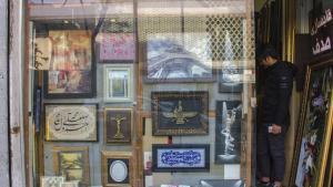 """""""Sie werden es mir kaum glauben, wenn ich Ihnen sage, dass das christliche Kreuz und das zoroastrische Faravahar-Symbol vorwiegend von Muslimen gekauft werden"""", sagt Mehdi Hazratifard, der Ladeninhaber.  Viele Muslime, so Hazratifard, seien an anderen Religionen interessiert und kauften gerne die damit verbundenen heiligen Symbole."""