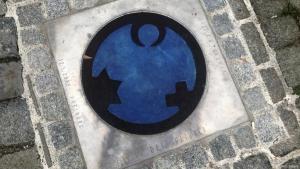 """""""Engel der Kulturen"""" im Straßenpflaster von Lindau: Die Symbole für Judentum, Christentum und Islam bilden einen Engel. Foto: DW"""