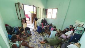 Fast 30 Frauen aus Nigeria leben in dem kleinen Zwei-Zimmer-Appartement. Sie schlafen auf Teppichen; Foto: Dara Foi'elle