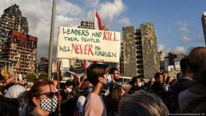 Wut im Libanon: Nach der verheerenden Explosion in Beirut hat sich der Zorn der Bevölkerung über die Regierung entladen. Die Menschen versammelten sich auf der Charles-Helou-Autobahn gegenüber dem Ort der Hafenexplosion, um die Opfer der Katastrophe zu ehren und die politische Elite anzuprangern, die sie für die Katastrophe verantwortlich machen. (Foto: picture-alliance/PhotoShot/E. Fitt)