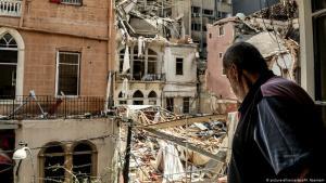 Ein Mann schaut aus dem Fenster seiner zerstörten Wohnung nach der Explosion vom 14.08.2020 in Beirut; Foto: picture-alliance/dpa/M. Naamani