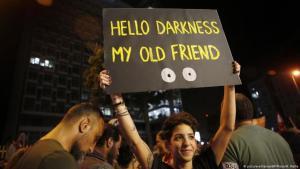 Mit Humor gegen die Krise im Libanon: Kundgebung in Beirut (picture-alliance/AP Photo/H. Malla)
