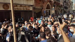 Sängerin Majida el Roumi spricht zu freiwilligen Helfern und der Presse in Gemmayze; Foto Julia Neumann
