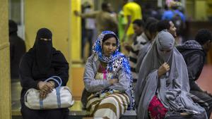 Ähtiopische Frauen, die aus Saudi-Arabien ausgewiesen wurden, warten 2017 in Addis Abeba darauf, von ihrer Familie abgeholt zu werden; Foto: Mulugeta Ayene/AP